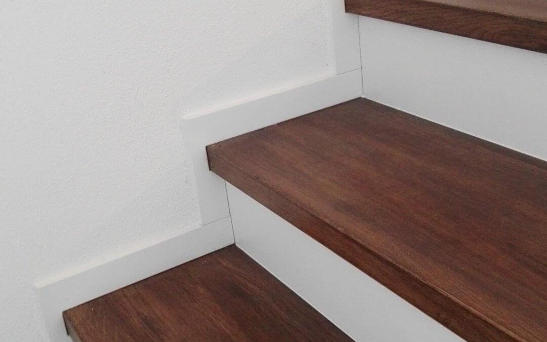 Obklad betónových schodov- masív dub s bielym olištovaním a podstupnicami